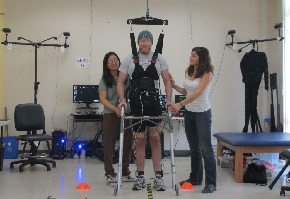 hombre paraplejico logra caminar